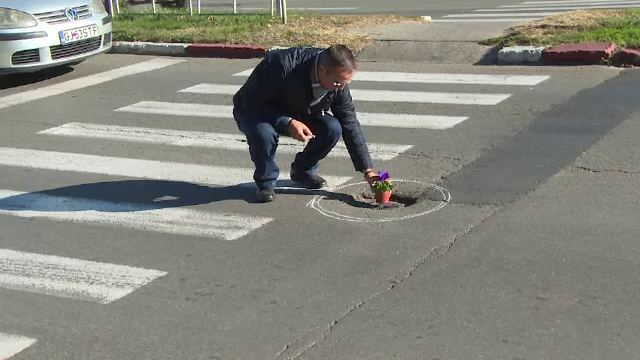 Gest disperat al unui şofer de troleibuz, exasperat de gropile din Târgu Jiu