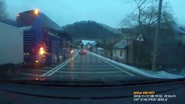 """Şofer de autocar filmat în timp ce face o depășire periculoasă în """"curba morții"""", din Suceava. VIDEO"""