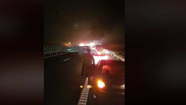 Trafic restricționat pe Autostrada Soarelui. Un martor a filmat flăcări uriașe. VIDEO