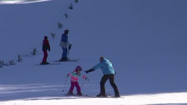 Primul weekend de schi la munte. Pârtiile pentru începători, deschise la Azuga