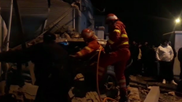 Accident spectaculos în Craiova. Un șofer a lovit o mașină, apoi a intrat într-o casă