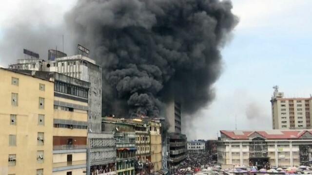 Imagini de coșmar în Nigeria. O clădire de cinci etaje a fost cuprinsă de flăcări. VIDEO
