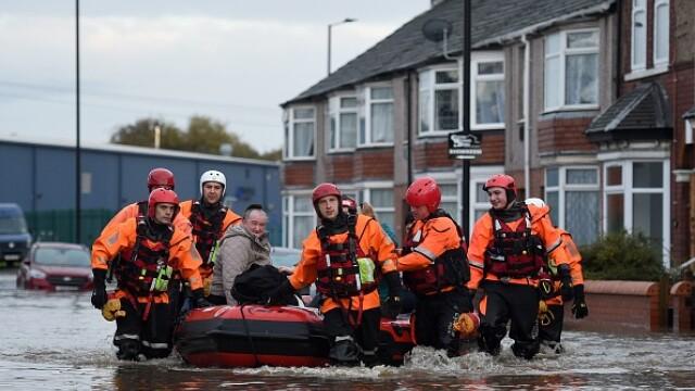 Inundații grave în Marea Britanie. Autoritățile au emis peste 100 de alerte. VIDEO