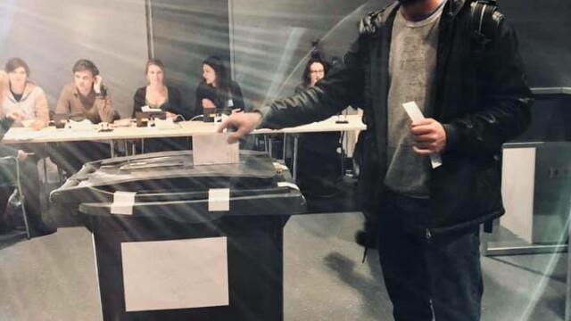 Imagini greu de crezut la alegeri. Oamenii au votat în urne improvizate în pubele sau butoaie de murături - Imaginea 2