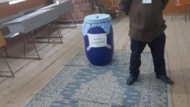 Imagini greu de crezut la alegeri. Oamenii au votat în urne improvizate în pubele sau butoaie de murături - Imaginea 3