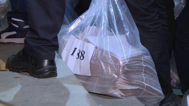 Președinții secțiilor de votare, lăsați în stradă cu sacii plini cu buletine de vot - Imaginea 3