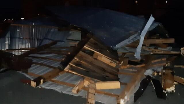 Prăpăd în Hunedoara. O vijelie a lăsat fără acoperișuri mai multe clădiri - Imaginea 5