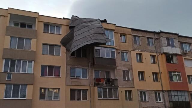 Prăpăd în Hunedoara. O vijelie a lăsat fără acoperișuri mai multe clădiri - Imaginea 3