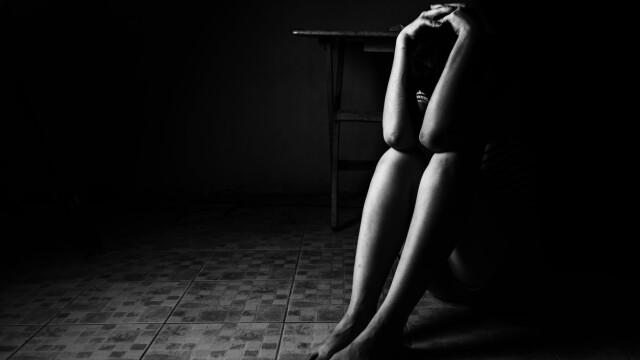 Povestea fetei puse să-și vândă copilul și să oprească banii, după ce a fost violată