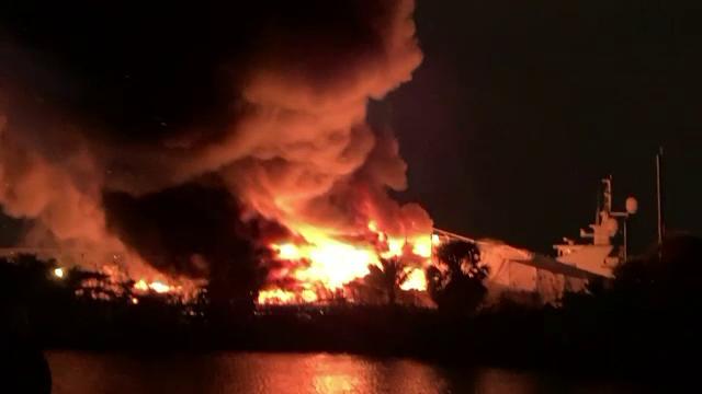 Yachturi incendiate