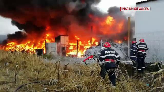Incendiu masiv în Vâlcea. Pompierii se chinuie de patru zile să stingă focul