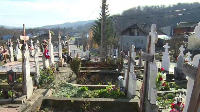 Mormântul unui tânăr, spart imediat după înmormântare. De ce i-au dezgolit pieptul hoţii