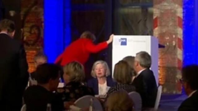 Cancelarul german Angela Merkel, la un pas să cadă pe scenă - Imaginea 2
