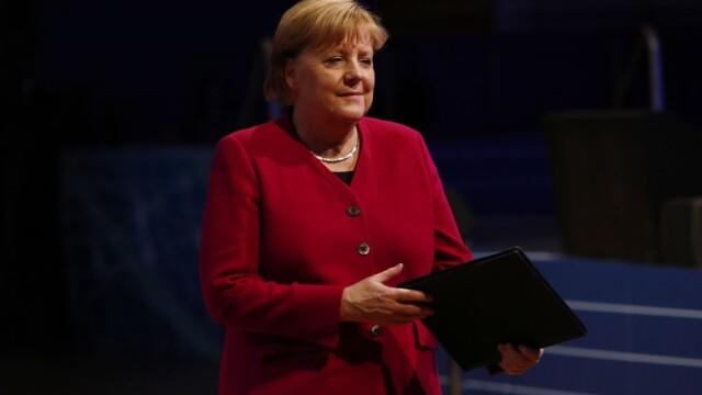 Cancelarul german Angela Merkel, la un pas să cadă pe scenă - Imaginea 1