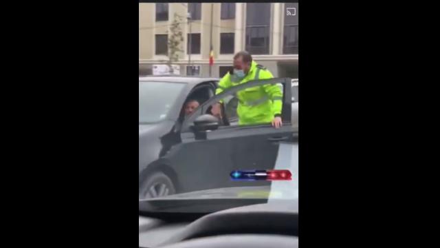 VIDEO Un polițist local din Cluj Napoca a sărit în mașina unui șofer care încerca să fugă de amendă