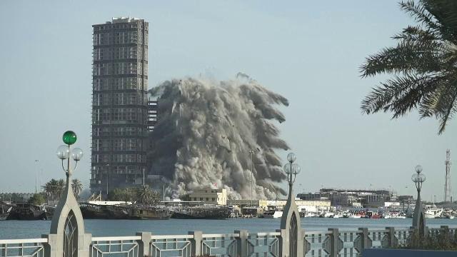 Demolare de Cartea Recordurilor în Abu Dhabi. O clădire imensă a fost pusă la pământ în 10 secunde