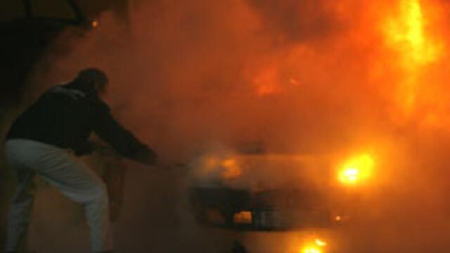 Brasov, o scena a violentelor. Masina unui consilier local, incendiata