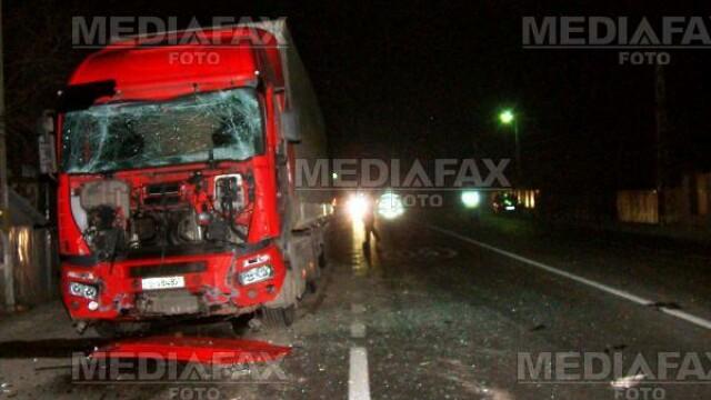 Pericol de explozie! Un camion a intrat intr-un tir incarcat cu diluant