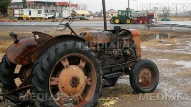 A murit strivit de tractorul pe care uitase sa-l scoata din viteza!