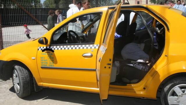 Ce a gasit un taximetrist, dupa ce clientul a coborat din masina. \