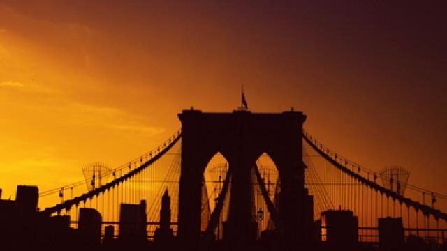 VIDEO. Senzatii tari in SUA. Sute de oameni sar cu parasutele de pe un pod si risca SA MOARA