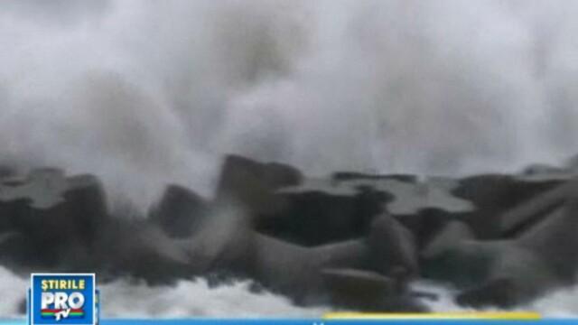 Valurile de 8 metri care au inchis porturile de pe litoralul roman al Marii Negre. VIDEO