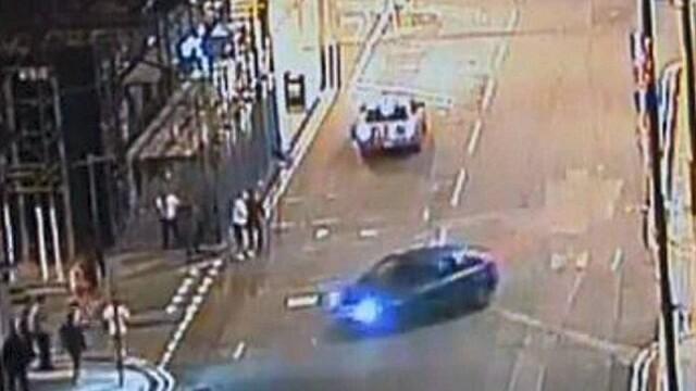 Momentul in care un sofer nebun de furie intra cu masina intr-un grup de tineri. Video