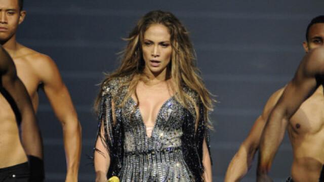 Jennifer Lopez plange pe scena