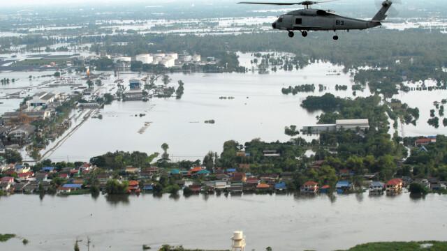 Un aeroport din Thailanda a disparut sub ape. Situatia e critica in o treime din tara. FOTO