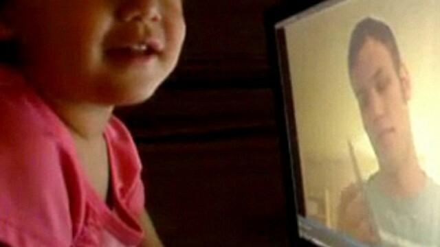 Gestul unei fetite a inlacrimat o lume intreaga. De ce isi imbratiseaza calculatorul. VIDEO