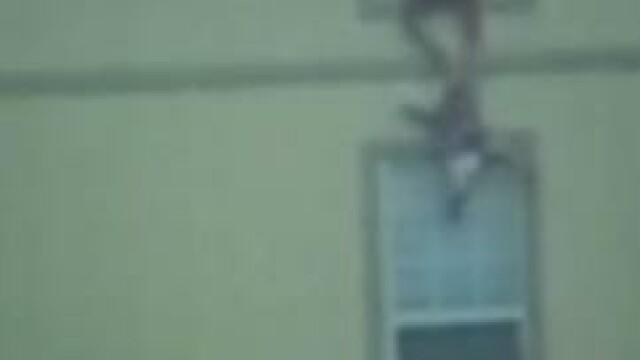 VIDEO. Si-a aruncat copiii pe geam, ca sa nu arda de vii. Decizia cutremuratoare a unei mame