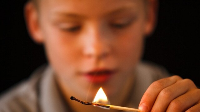 copil joaca foc