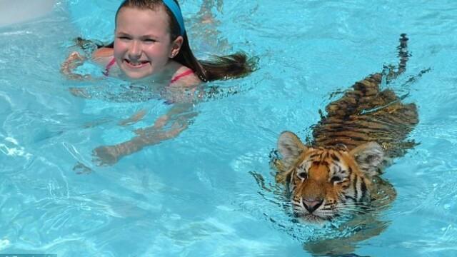 Multi ar ingheta de frica daca ar face asta. Alaturi de cine inoata aceasta fetita. GALERIE FOTO - Imaginea 5