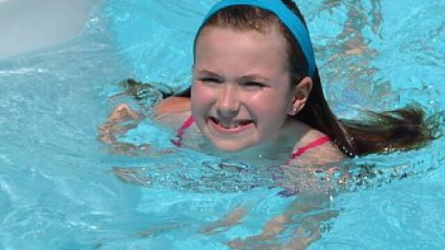 Multi ar ingheta de frica daca ar face asta. Alaturi de cine inoata aceasta fetita. GALERIE FOTO - Imaginea 6