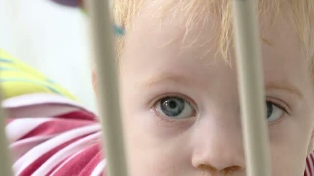 Uitati de parinti si de stat, zeci de copii cresc la Spitalul de Pediatrie din Iasi