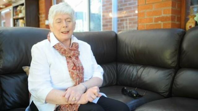 Aceasta femeie sufera de o boala foarte ciudata: nu-si poate deschide ochii decat atunci cand canta