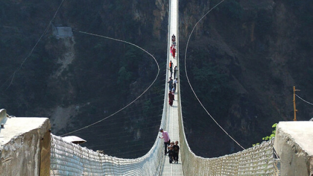 FOTO. Imaginile care iti vor da in mod siguri ameteli. Unul din cele mai inalte poduri din lume - Imaginea 1