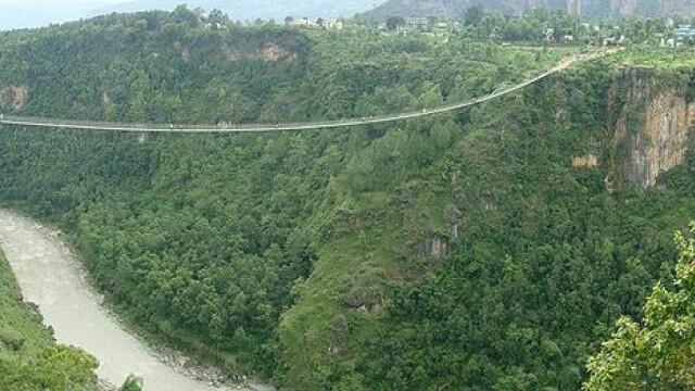FOTO. Imaginile care iti vor da in mod siguri ameteli. Unul din cele mai inalte poduri din lume - Imaginea 2