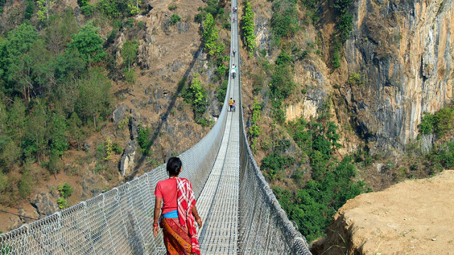 FOTO. Imaginile care iti vor da in mod siguri ameteli. Unul din cele mai inalte poduri din lume - Imaginea 3