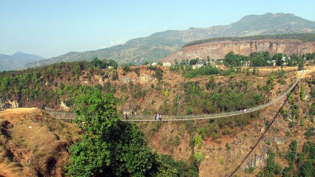 FOTO. Imaginile care iti vor da in mod siguri ameteli. Unul din cele mai inalte poduri din lume - Imaginea 4