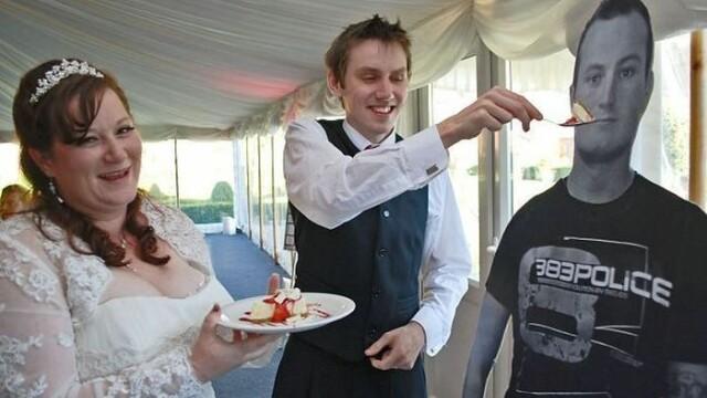 Fotografiile de nunta care ascund un gest emotionant. Cum s-au pozat acesti miri - Imaginea 2