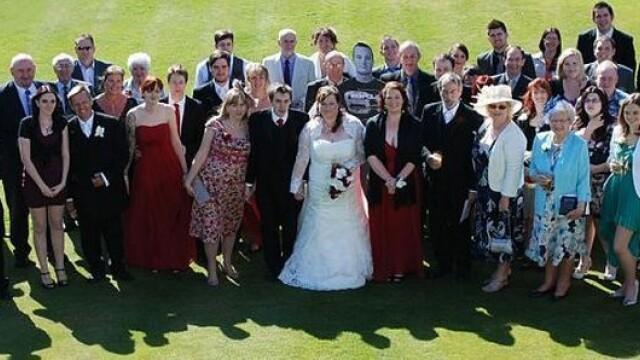 Fotografiile de nunta care ascund un gest emotionant. Cum s-au pozat acesti miri - Imaginea 5