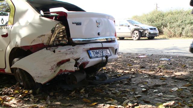 Zi cu ghinion pentru un taximetrist. A ajuns la spital dupa ce masina sa a fost lovita de doua ori