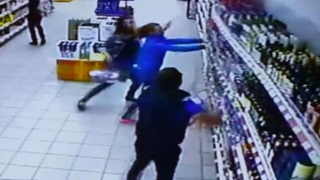 Dezastru intr-un supermarket. Cum arata un raft cu sute de sticle de alcool prabusindu-se. VIDEO