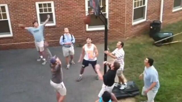Un student din SUA a reusit sa marcheze un cos de senzatie. Toata lumea a sarit de entuziasm. VIDEO