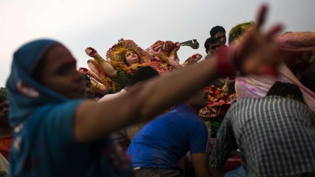 Peste 100 de oameni au murit si 133 sunt raniti in India, in urma unei busculade la un templu. VIDEO