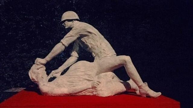 O statuie din Gdansk care comemora nemtoaicele violate de rusi a fost daramata. FOTO