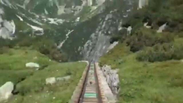 Trenul pe care putini oameni au inima sa-l ia. Cum arata cel mai abrupt traseu feroviar din lume