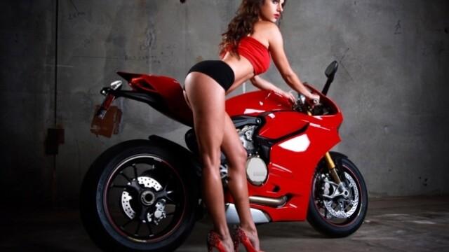 Un grup de mecanici a recreat o sedinta foto a femeilor pentru Ducati. Care a fost rezultatul - Imaginea 11