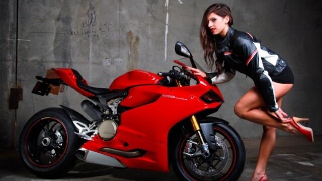 Un grup de mecanici a recreat o sedinta foto a femeilor pentru Ducati. Care a fost rezultatul - Imaginea 12